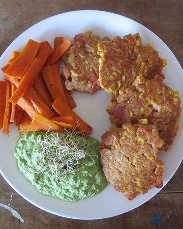 Vegane Paprika Cornfritters mit Karotten und Roher Petersilie Sosse