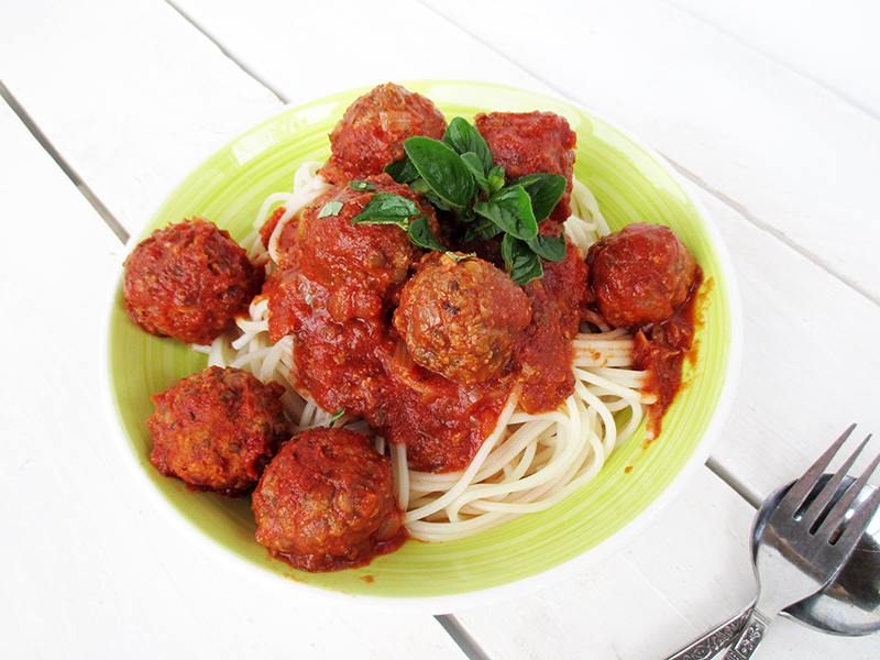 Vegane / vegetarische und glutenfreie Ohne-Fleisch Bällchen mit Tomatensoße