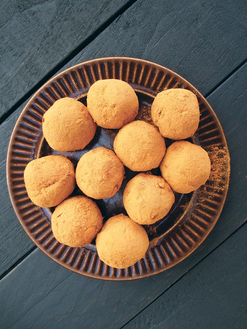 Vegan Gluten free No Refined Sugar Easy Apple Cinnamon Blissballs Recipe 1