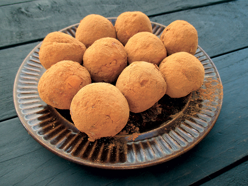 Vegan and gluten-free apple cinnamon energy balls