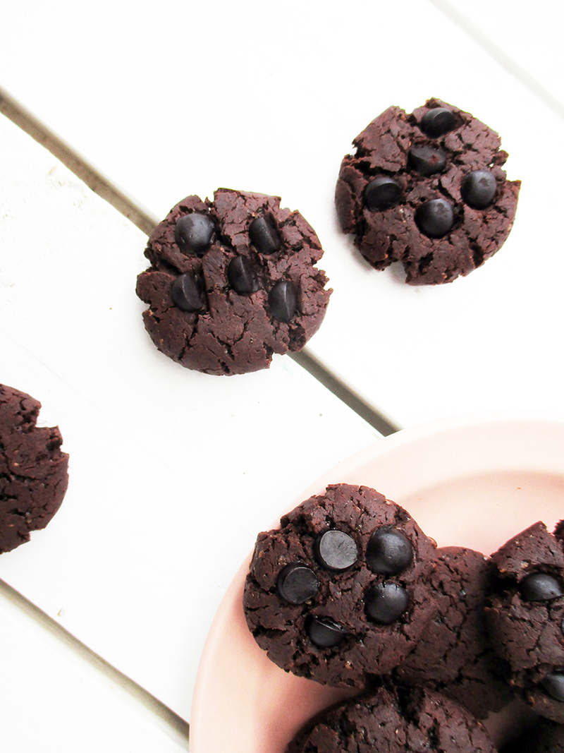Vegane und glutenfreie Dreifach Schoko Cookies