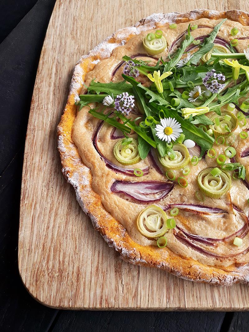 Veganer, vegetarischer und glutenfreier Kürbis-Flammkuchen