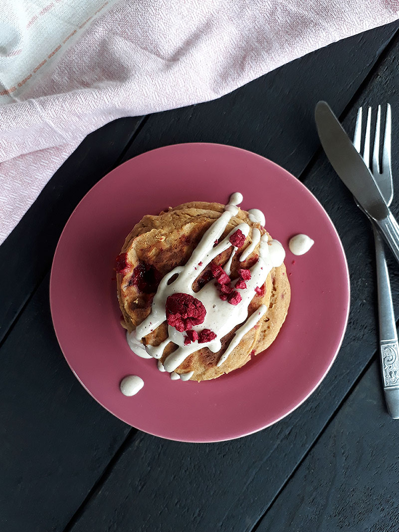 Vegane und glutenfreie Aprikosen-Himbeer-Pfannkuchen